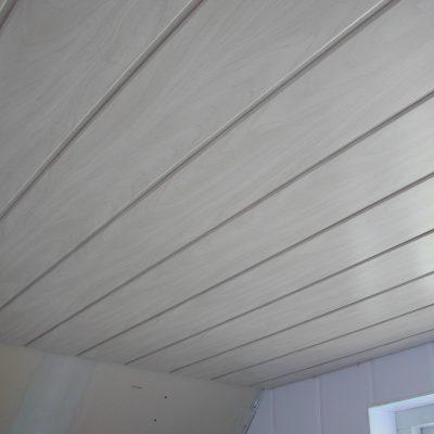 Systeemplafond badkamer akoestisch plafondplaten waterbestendig vocht afstotend wit bruin plafond panelen douche toilet keuken